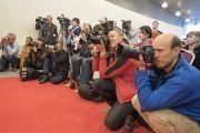 Сэтгүүлчид Дээрхийн Гэгээнтэн Далай Ламтай уулзаж байгаа нь. Латви, Рига. 2017.09.24. Гэрэл зургийг Тэнзин Чойжор (ДЛО)