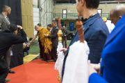 """Его Святейшество Далай-лама здоровается с организаторами учений перед тем, как подняться на сцену в зале """"Сконто"""". Рига, Латвия. 24 сентября 2017 г. Фото: Тензин Чойджор (офис ЕСДЛ)"""
