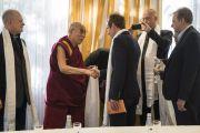 Его Святейшество Далай-лама приветствует парламентариев из стран Балтии на встрече в Риге. Рига, Латвия. 24 сентября 2017 г. Фото: Тензин Чойджор (офис ЕСДЛ)