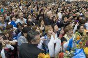 Участники учений перед началом сессии подошли к самой сцене, чтобы увидеть вблизи Его Святейшество Далай-ламу. Рига, Латвия. 24 сентября 2017 г.  Рига, Латвия. 24 сентября 2017 г. Фото: Тензин Чойджор (офис ЕСДЛ)