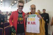 Его Святейшество Далай-лама держит футболку, подаренную ему рижским рэгги-музыкантом во время встречи с членами групп поддержки Тибета. Рига, Латвия. 24 сентября 2017 г. Фото: Тензин Чойджор (офис ЕСДЛ)