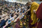 Номын айлдварын дараа Дээрхийн Гэгээнтэн Далай Лам сүсэгтнүүдтэй гар барьж байгаа нь. Латви, Рига. 2017.09.25. Гэрэл зургийг Тэнзин Чойжор (ДЛО)