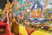 Его Святейшество Далай-лама рассматривает висящую на за сценой гигантскую танку с изображением 17 пандит Наланды перед началом второго дня учений. Рига, Латвия. 24 сентября 2017 г. Фото: Тензин Чойджор (офис ЕСДЛ)