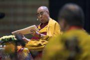 Его Святейшество Далай-лама читает тибетский текст во время учений для стран Балтии и России. Рига, Латвия. 24 сентября 2017 г. Фото: Тензин Чойджор (офис ЕСДЛ)