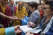 Его Святейшество Далай-лама подписывает книги по окончании сессии учений. Рига, Латвия. 24 сентября 2017 г. Фото: Тензин Чойджор (офис ЕСДЛ)