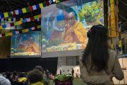 Слушатели смотрят трансляцию учений Его Святейшества Далай-ламы по дзогчену на больших экранах, установленных в зале «Сконто». Рига, Латвия. 25 сентября 2017 г. Фото: Тензин Чойджор (офис ЕСДЛ)