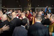 Направляясь утром в зал «Сконто» для дарования учений, Его Святейшество Далай-лама приветствует своих почитателей, собравшихся у входа в его отель. Рига, Латвия. 25 сентября 2017 г. Фото: Тензин Чойджор (офис ЕСДЛ)