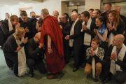 Его Святейшество Далай-лама с сотрудниками службы безопасности, помогавшими организовать его визит в Ригу. Рига, Латвия. 25 сентября 2017 г. Фото: Тензин Чойджор (офис ЕСДЛ)
