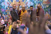 Его Святейшество Далай-лама машет верующим рукой по завершении сессии учений по дзогчену. Рига, Латвия. 25 сентября 2017 г. Фото: Тензин Чойджор (офис ЕСДЛ)