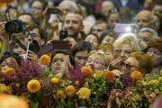 По завершении учений верующие столпились у сцены, чтобы быть ближе к Его Святейшеству Далай-ламе. Рига, Латвия. 25 сентября 2017 г. Фото: Тензин Чойджор (офис ЕСДЛ)