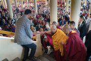 Его Святейшество Далай-лама приветствует более 6000 верующих, собравшихся в главном тибетском храме. Дхарамсала, Индия. 3 октября 2017 г. Фото: Тензин Чойджор (офис ЕСДЛ)