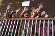 Верующие машут руками Его Святейшеству Далай-ламе по завершении первого дня четырехдневных учений, организованных по просьбе буддистов из Тайваня. Дхарамсала, Индия. 3 октября 2017 г. Фото: Тензин Чойджор (офис ЕСДЛ)