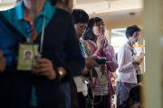 Некоторые из более 1300 буддистов из Тайваня подошли ближе к трону, чтобы увидеть поближе Его Святейшество Далай-ламу в перерыве между сессиями учений. Дхарамсала, Индия. 3 октября 2017 г. Фото: Тензин Чойджор (офис ЕСДЛ)