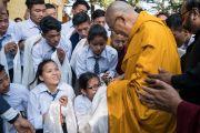 Его Святейшество Далай-лама приветствует школьников по прибытии в главный тибетский храм в начале первого дня четырехдневных учений, организованных по просьбе буддистов из Тайваня. Дхарамсала, Индия. 3 октября 2017 г. Фото: Тензин Чойджор (офис ЕСДЛ)