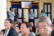Верующие почтительно встречают Его Святейшество Далай-ламу в начале первого дня четырехдневных учений, организованных по просьбе буддистов из Тайваня. Дхарамсала, Индия. 3 октября 2017 г. Фото: Тензин Чойджор (офис ЕСДЛ)