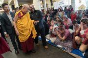 Покидая главный тибетский храм, Его Святейшество Далай-лама приветствует иностранцев, прибывших на учения. Дхарамсала, Индия. 3 октября 2017 г. Фото: Тензин Чойджор (офис ЕСДЛ)