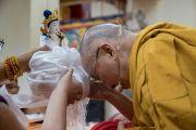 Его Святейшеству Далай-ламе преподносят статуэтку Белой Тары по завершении молебна о долгой жизни, проведенного группой тайваньских буддистов. Дхарамсала, Индия. 6 октября 2017 г. Фото: Тензин Чойджор (офис ЕСДЛ)