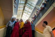 Его Святейшество Далай-лама спускается на площадь главного тибетского храма по завершении четырехдневных учений, дарованных по просьбе буддистов из Тайваня. Дхарамсала, Индия. 6 октября 2017 г. Фото: Тензин Чойджор (офис ЕСДЛ)