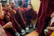 Юные монахи монастыря Намгьял готовятся угостить чаем верующих во время заключительного дня учений Его Святейшества Далай-ламы, организованных в главном тибетском храме по просьбе буддистов из Тайваня. Дхарамсала, Индия. 6 октября 2017 г. Фото: Тензин Чойджор (офис ЕСДЛ)