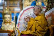 Его Святейшество Далай-лама выполняет подготовительные церемонии перед дарованием разрешения на практики Белой Тары в ходе заключительного дня учений, организованных по просьбе буддистов из Тайваня. Дхарамсала, Индия. 6 октября 2017 г. Фото: Тензин Чойджор (офис ЕСДЛ)