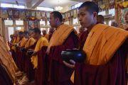 Тибетские и тайваньские монахи держат в руках чаши для подношений в начале церемонии дарования полных монашеских обетов. Дхарамсала, Индия. 10 октября 2017 г. Фото: дост. Тензин Джампель