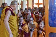 Монахи почтительно провожают Его Святейшество Далай-ламу, покидающего зал собраний по завершении церемонии дарования полных монашеских обетов. Дхарамсала, Индия. 10 октября 2017 г. Фото: дост. Тензин Джампель