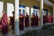 Тибетские и тайваньские монахи прибывают в зал собраний резиденции Его Святейшества Далай-ламы на церемонию дарования полных монашеских обетов. Дхарамсала, Индия. 10 октября 2017 г. Фото: дост. Тензин Джампель