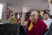 Его Святейшество Далай-лама машет рукой своим почитателям, провожающим его по завершении церемонии запуска учебной программы преподавания светской этики, разработанной для школ Индии организацией «Аюргьян Ньяс». Мератх, штат Уттар-Прадеш, Индия. 16 октября 2017 г. Фото: Тензин Чойджор (офис ЕСДЛ)