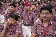 Школьники во время церемонии запуска учебной программы преподавания светской этики с участием Его Святейшества Далай-ламы. Мератх, штат Уттар-Прадеш, Индия. 16 октября 2017 г. Фото: Тензин Чойджор (офис ЕСДЛ)