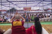 Поднявшись на сцену, Его Святейшество Далай-лама приветствует собравшихся в начале церемонии запуска учебной программы преподавания светской этики, разработанной для школ Индии организацией «Аюргьян Ньяс». Мератх, штат Уттар-Прадеш, Индия. 16 октября 2017 г. Фото: Тензин Чойджор (офис ЕСДЛ)