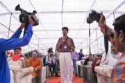 Один из учащихся задает вопрос Его Святейшеству Далай-ламе во время церемонии запуска учебной программы преподавания светской этики. Мератх, штат Уттар-Прадеш, Индия. 16 октября 2017 г. Фото: Тензин Чойджор (офис ЕСДЛ)