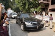 Школьники выстроились вдоль дороги, чтобы встретить Его Святейшество Далай-ламу, прибывшего на церемонию запуска учебной программы преподавания светской этики. Мератх, штат Уттар-Прадеш, Индия. 16 октября 2017 г. Фото: Тензин Чойджор (офис ЕСДЛ)