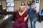 Во время чаепития в англо-ведической школе им. Даянанда Его Святейшество Далай-лама угощает печеньем одного из учеников. Мератх, штат Уттар-Прадеш, Индия. 16 октября 2017 г. Фото: Тензин Чойджор (офис ЕСДЛ)
