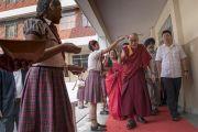 Ученицы осыпают лепестками цветов Его Святейшество Далай-ламу, направляющегося на площадку англо-ведической школы им. Даянанда. Мератх, штат Уттар-Прадеш, Индия. 16 октября 2017 г. Фото: Тензин Чойджор (офис ЕСДЛ)