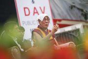 Его Святейшество Далай-лама отвечает на вопросы в ходе церемонии запуска учебной программы преподавания светской этики, организованной в англо-ведической школе им. Даянанда. Мератх, штат Уттар-Прадеш, Индия. 16 октября 2017 г. Фото: Тензин Чойджор (офис ЕСДЛ)