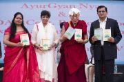 Его Святейшество Далай-лама представляет собравшимся учебную программу преподавания светской этики, разработанную для школ Индии организацией «Аюргьян Ньяс». Мератх, штат Уттар-Прадеш, Индия. 16 октября 2017 г. Фото: Тензин Чойджор (офис ЕСДЛ)