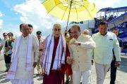 Председатель законодательного собрания штата Манипур Юмнам Кхемчанд Сингх и главный министр штата Манипур Н. Бирен Сингх встречают Его Святейшество Далай-ламу по прибытии в аэропорт Импхала. Импхал, штат Манипур, Индия. 17 октября 2017 г. Фото: Лобсанг Церинг
