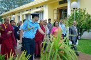 Губернатор штата Манипур Наджма Хептулла сопровождает Его Святейшество Далай-ламу, прибывшего на обед в ее резиденцию Радж Бхаван. Импхал, штат Манипур, Индия. 17 октября 2017 г. Фото: Лобсанг Церинг