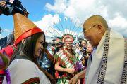 Местные жители в традиционных одеяниях приветствуют Его Святейшество Далай-ламу по прибытии в аэропорт Импхала. Импхал, штат Манипур, Индия. 17 октября 2017 г. Фото: Лобсанг Церинг