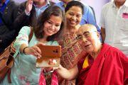 После выступления на международной конференции «Мир и гармония» Его Святейшество Далай-лама фотографируется со своими почитателями. Импхал, штат Манипур, Индия. 18 октября 2017 г. Фото: Лобсанг Церинг