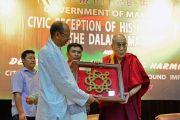 Председатель законодательного собрания штата Манипур Юмнам Кхемчанд Сингх преподносит Его Святейшеству Далай-ламе памятный подарок перед началом международной конференции «Мир и гармония». Импхал, штат Манипур, Индия. 18 октября 2017 г. Фото: Лобсанг Церинг
