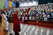 Поднявшись на сцену конференц-центра Импхала, Его Святейшество Далай-лама приветствует участников международной конференции «Мир и гармония». Импхал, штат Манипур, Индия. 18 октября 2017 г. Фото: Лобсанг Церинг