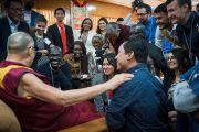 Его Святейшество Далай-лама общается с участниками программы обмена «Юные лидеры» Института мира США во время перерыва в ходе первого дня двухдневного диалога. Дхарамсала, Индия. 6 ноября 2017 г. Фото: Тензин Чойджор (офис ЕСДЛ)