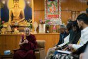 Его Святейшество Далай-лама делится своим мнением о деятельности участников программы обмена «Юные лидеры» Института мира США. Дхарамсала, Индия. 6 ноября 2017 г. Фото: Тензин Чойджор (офис ЕСДЛ)