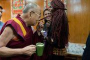 Его Святейшество Далай-лама шутливо общается с Аденг Майик из Южного Судана во время чаепития в ходе первого дня двухдневного диалога с участниками программы обмена «Юные лидеры» Института мира США. Дхарамсала, Индия. 6 ноября 2017 г. Фото: Тензин Чойджор (офис ЕСДЛ)