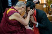 Его Святейшество Далай-лама тепло приветствует Тина Маунга Хтве из Мьянмы во время перерыва в ходе первого дня двухдневного диалога с участниками программы обмена «Юные лидеры» Института мира США. Дхарамсала, Индия. 6 ноября 2017 г. Фото: Тензин Чойджор (офис ЕСДЛ)