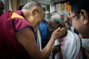 По прибытии в зал собраний своей резиденции Его Святейшество Далай-лама приветствует участников программы обмена «Юные лидеры» Института мира США. Дхарамсала, Индия. 6 ноября 2017 г. Фото: Тензин Чойджор (офис ЕСДЛ)