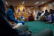 Его Святейшество Далай-лама отвечает на вопросы участников программы обмена «Юные лидеры» Института мира США в ходе встречи, организованной в зале собраний его резиденции. Дхарамсала, Индия. 6 ноября 2017 г. Фото: Тензин Чойджор (офис ЕСДЛ)