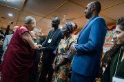 Его Святейшество Далай-лама пожимает руки каждому участнику программы обмена «Юные лидеры» Института мира США в начале встречи, организованной в его резиденции. Дхарамсала, Индия. 6 ноября 2017 г. Фото: Тензин Чойджор (офис ЕСДЛ)