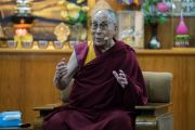 Его Святейшество Далай-лама выступает со вступительным обращением в начале первого дня двухдневного диалога с участниками программы обмена «Юные лидеры» Института мира США. Дхарамсала, Индия. 6 ноября 2017 г. Фото: Тензин Чойджор (офис ЕСДЛ)